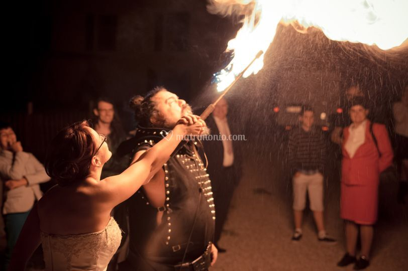 Finale fuoco e fiamme sposa
