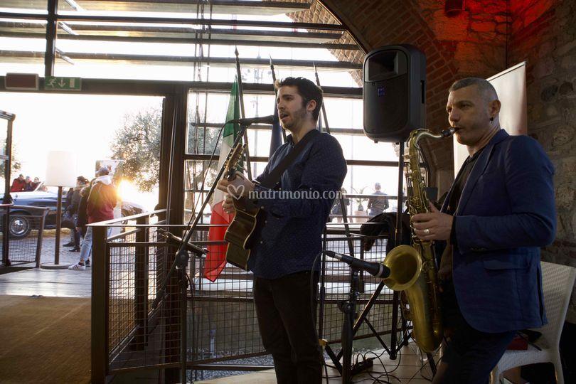 Sax e cantante con chitarra
