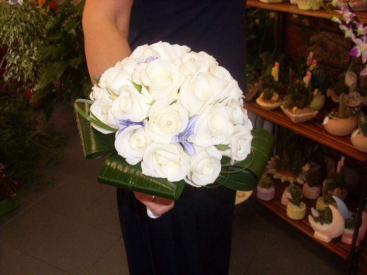 Bouquet rose bianche e agapanthus