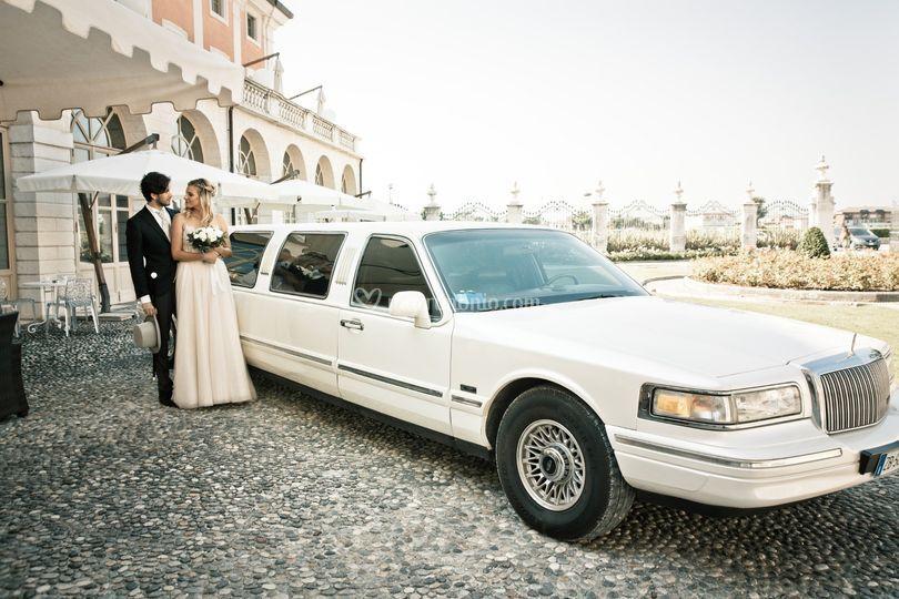 Sposi in villa, in limousine