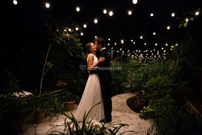 Un bacio romantico nella serra