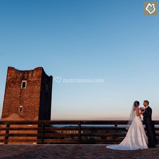 Matrimonio Tema Romeo E Giulietta : Sposi in terrazza di ristorante castelli giulietta e romeo