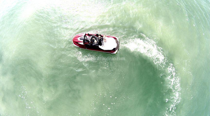 Con drone su moto d'acqua