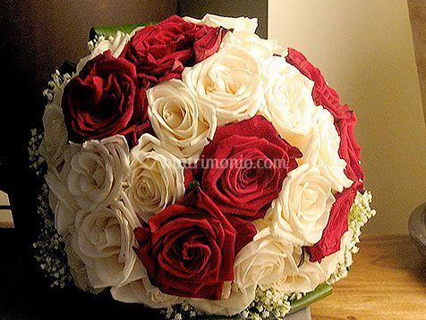 Bouquet di rose rosse e bianche