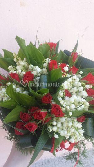 Bouquet rose rosse e mughetti