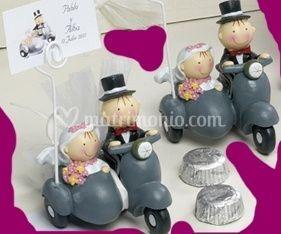 Bomboniere di sposi su moto con sidecar portafoto