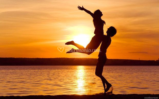 Coppia felice al tramonto