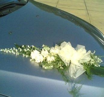 Composizione floreale per l'auto