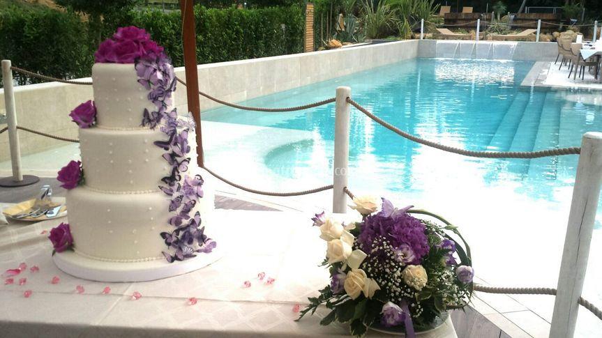 Taglio torta in piscina