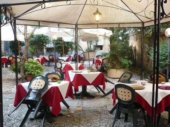 Ristoranti Matrimonio Toscana : Tavola per ricevimento in giardino di ristorante la