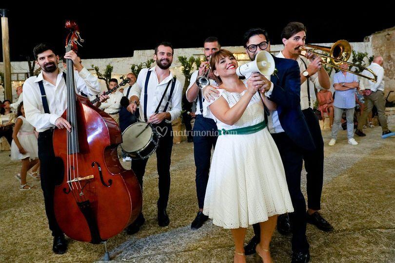 Gli sposi che cantano un pezzo