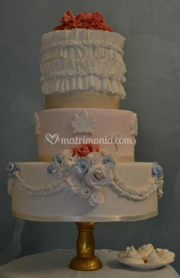 Wedding cake rose e volant di Sweetness Cake Design Foto