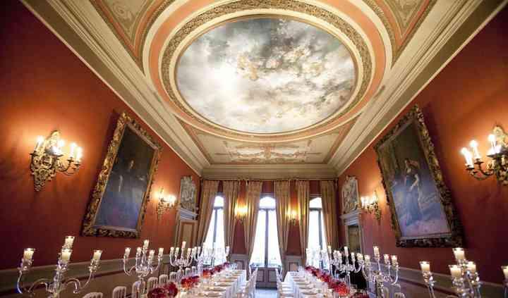 Salone con 2 tavoli imperiali