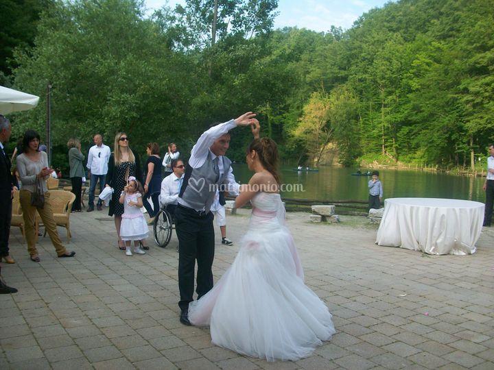 Balli nella piazzetta sul lago