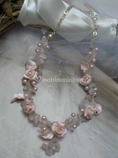 Dolcezza - Girocollo con chips di quarzo rosa perle di Boemia, rose e foglie in pasta sintetica, modellate e dipinte a mano.