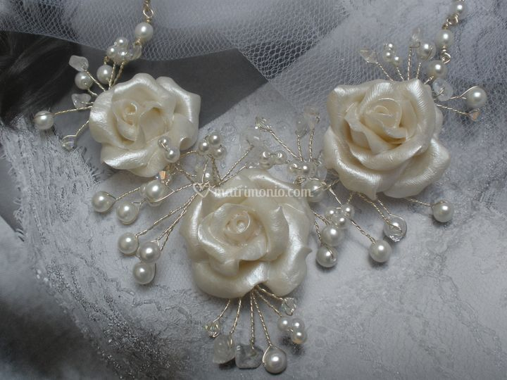 Tris - Girocollo con rose in pasta sintetica modellate e dipinte a mano, perle di Boemia cristalli Swarovski e chips di cristallo di Rocca.