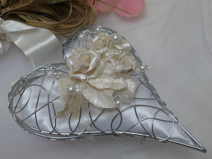 Portafedi cuore: struttura a forma di cuore con decorazione  di perle, cristalli swarosvki  foglie e rose in pasta sintetica