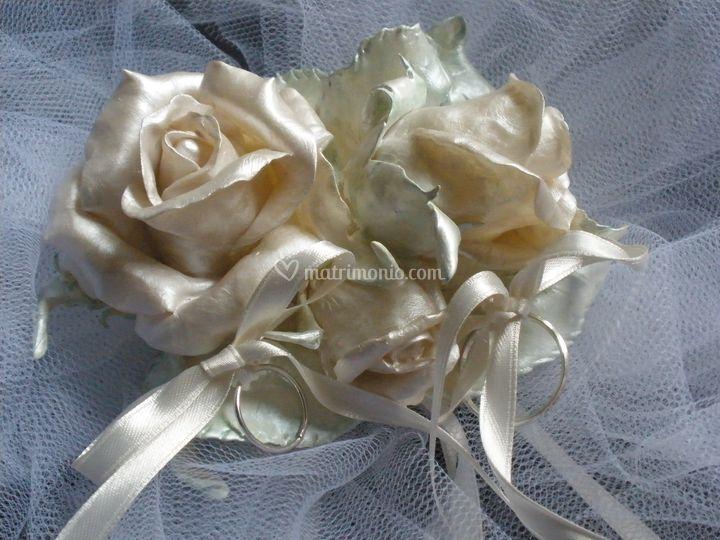 Portafedi bouquet -  Rose e foglie in pasta sintetica modellate e dipinte a mano, appoggiate su fiocchi di tulle e nastri di raso