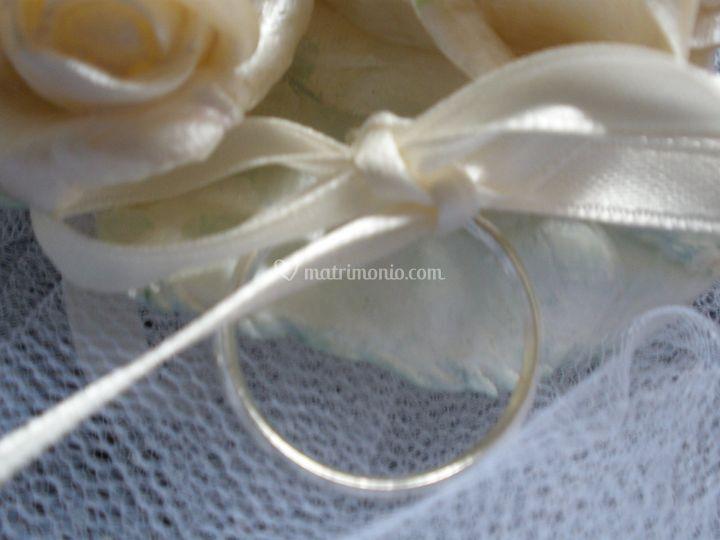Particolare del nastrino con anello agganciato