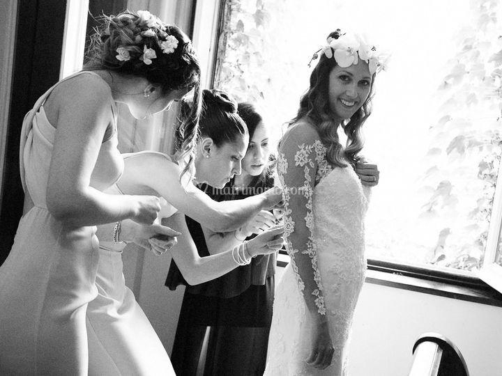 Le damigelle vestono la sposa