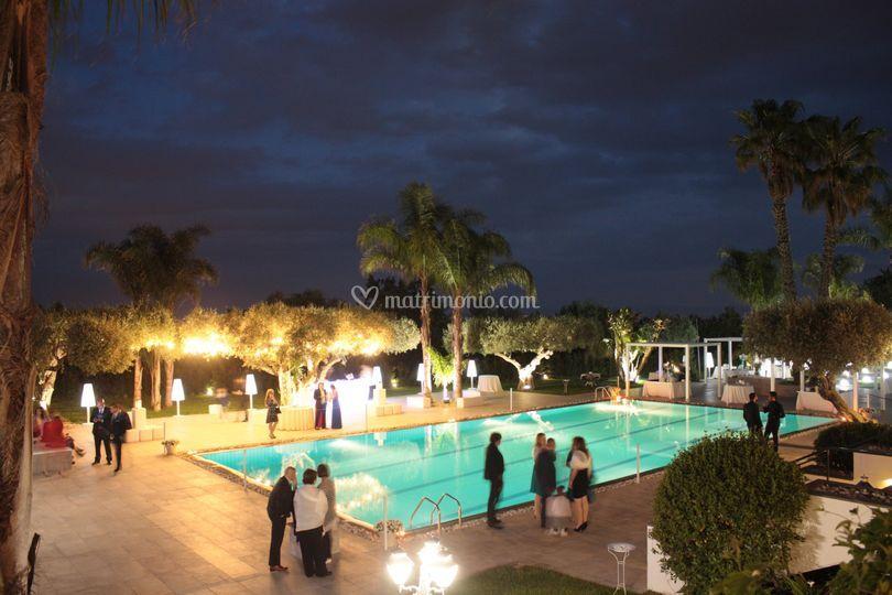 Il bordo piscina di sera di Villa Rigoletto