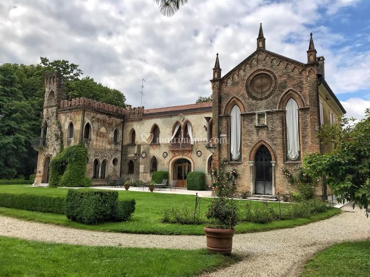 La facciata gotica della Villa