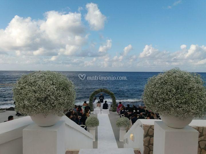 Rito simbolico in riva al mare