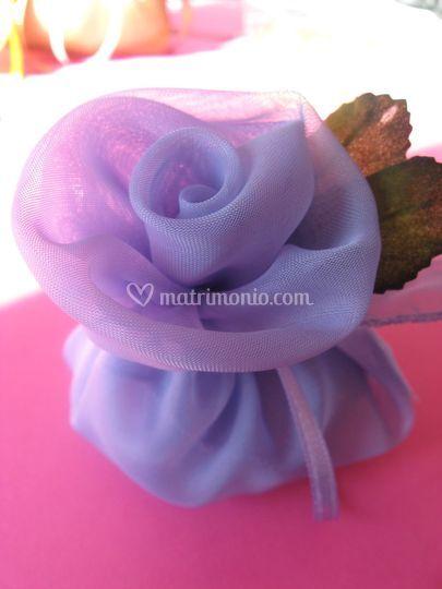 Rosa in organza porta confetti