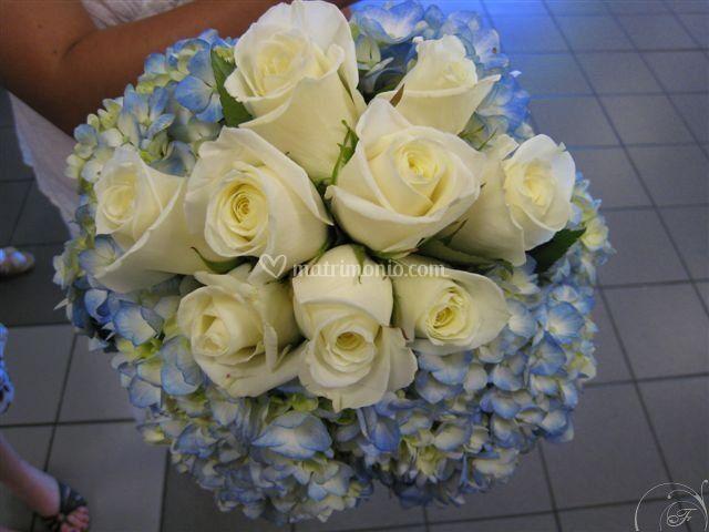 Rose bianche e ortensie