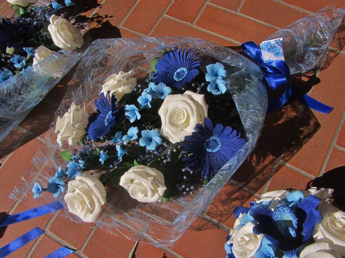Mazzo Di Fiori Blu.Mazzo Rose E Gerbere Blu Di Forsitia Bouquet Sposa In Carta Foto 80