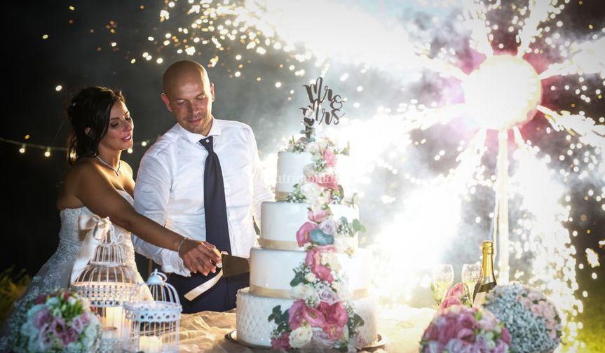 Taglio della torta con fontane