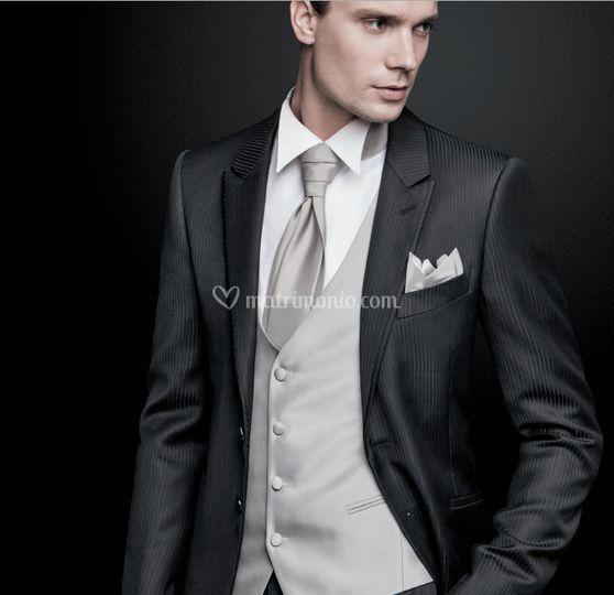 Matrimonio Abito Uomo Nero : Abito da uomo nero con gilet color grigio di lochis sons foto