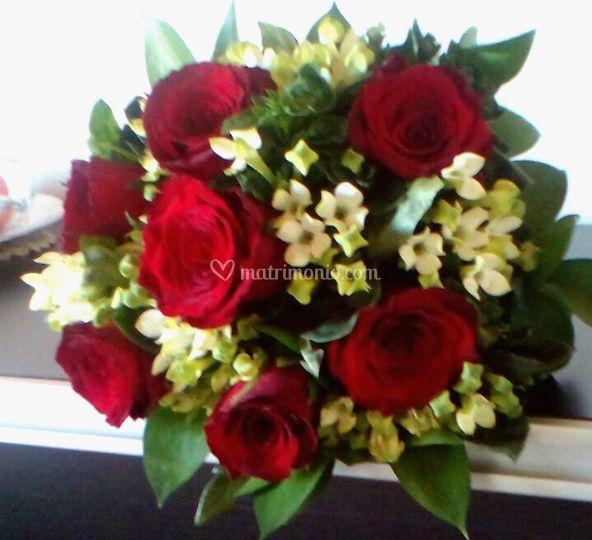 Bouquet rose rosse e Bouvardia