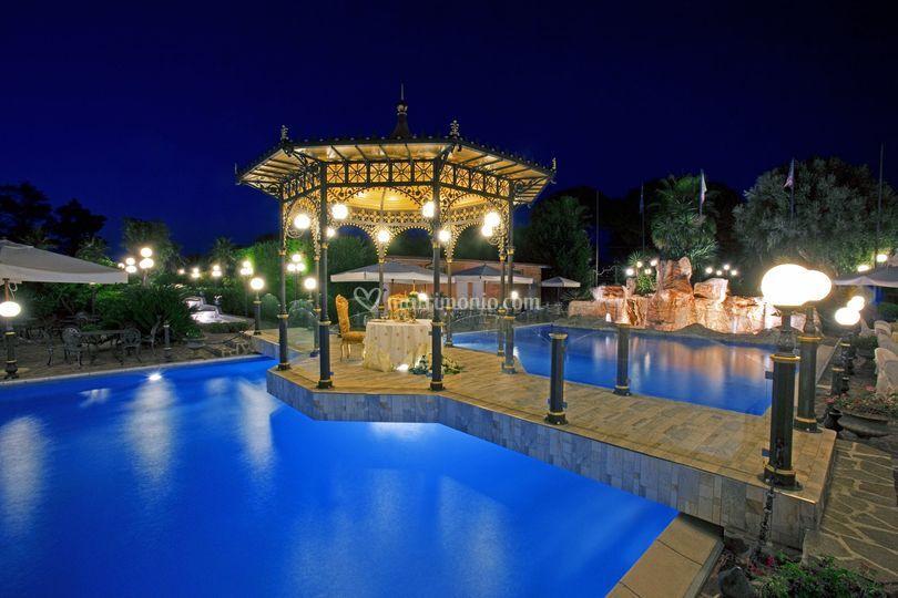Gazebo sposi cena in piscina di hotel villa antica foto 33 for Cena in piscina