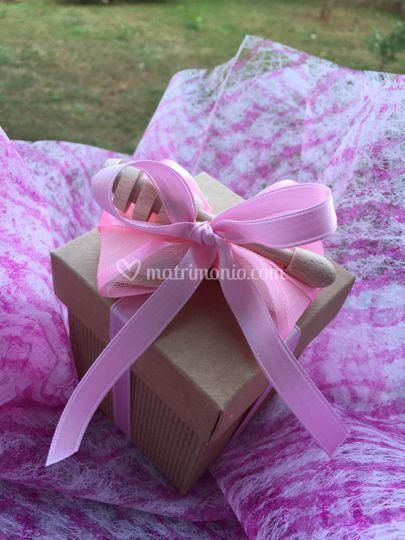 Scatola con fiocco rosa e dosa