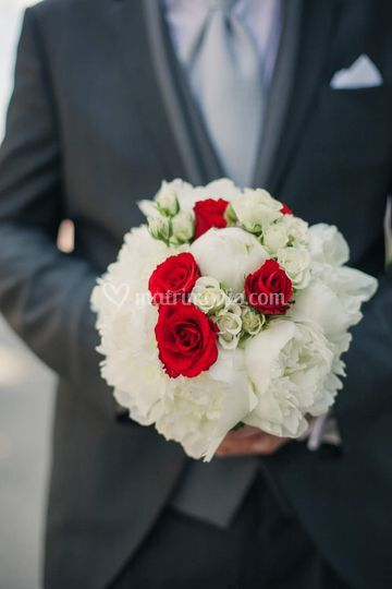 Bouquet peonie e rose rosse