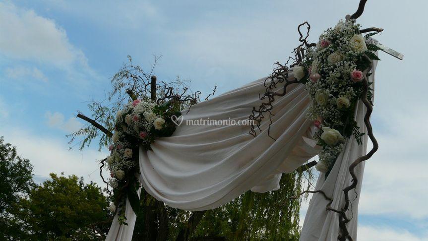 Arco con drappeggio e fiori