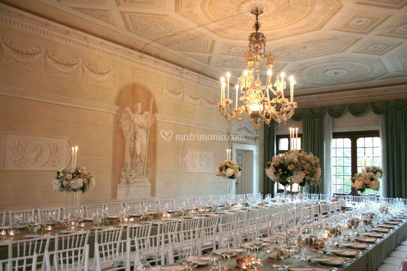 Salone con tavolo imperiale