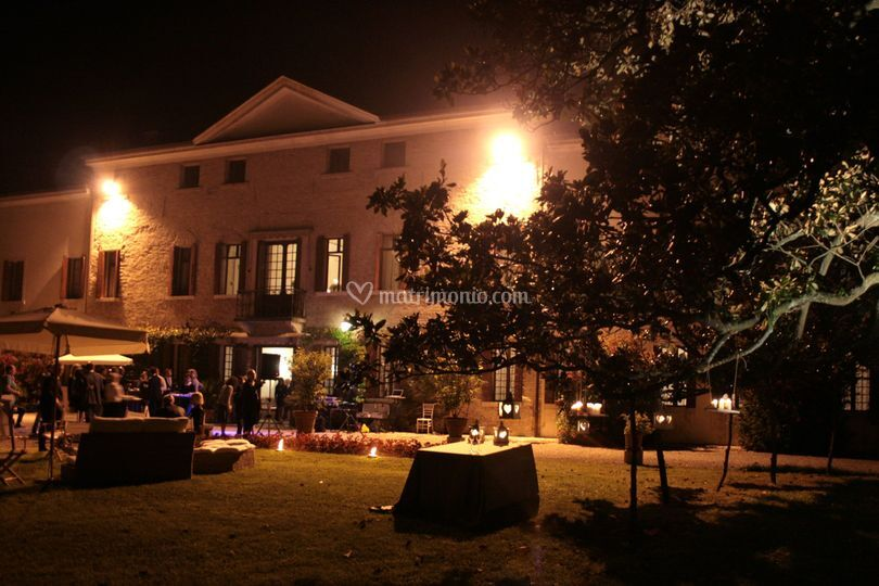 Dinner party in giardino