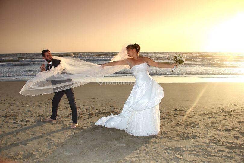 Sposi in riva al mare al tramo