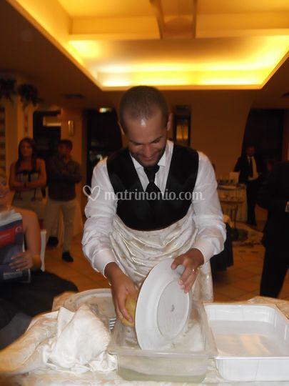 Lo sposo lava i piatti