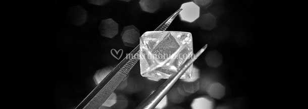 Diamante grezzo prima del taglio definitivo