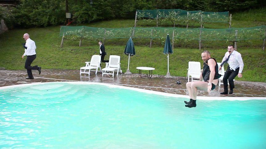 Sposo e amici in piscina