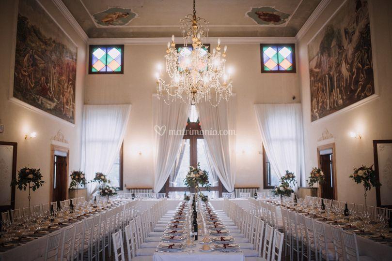 Salone con tavoli imperiali