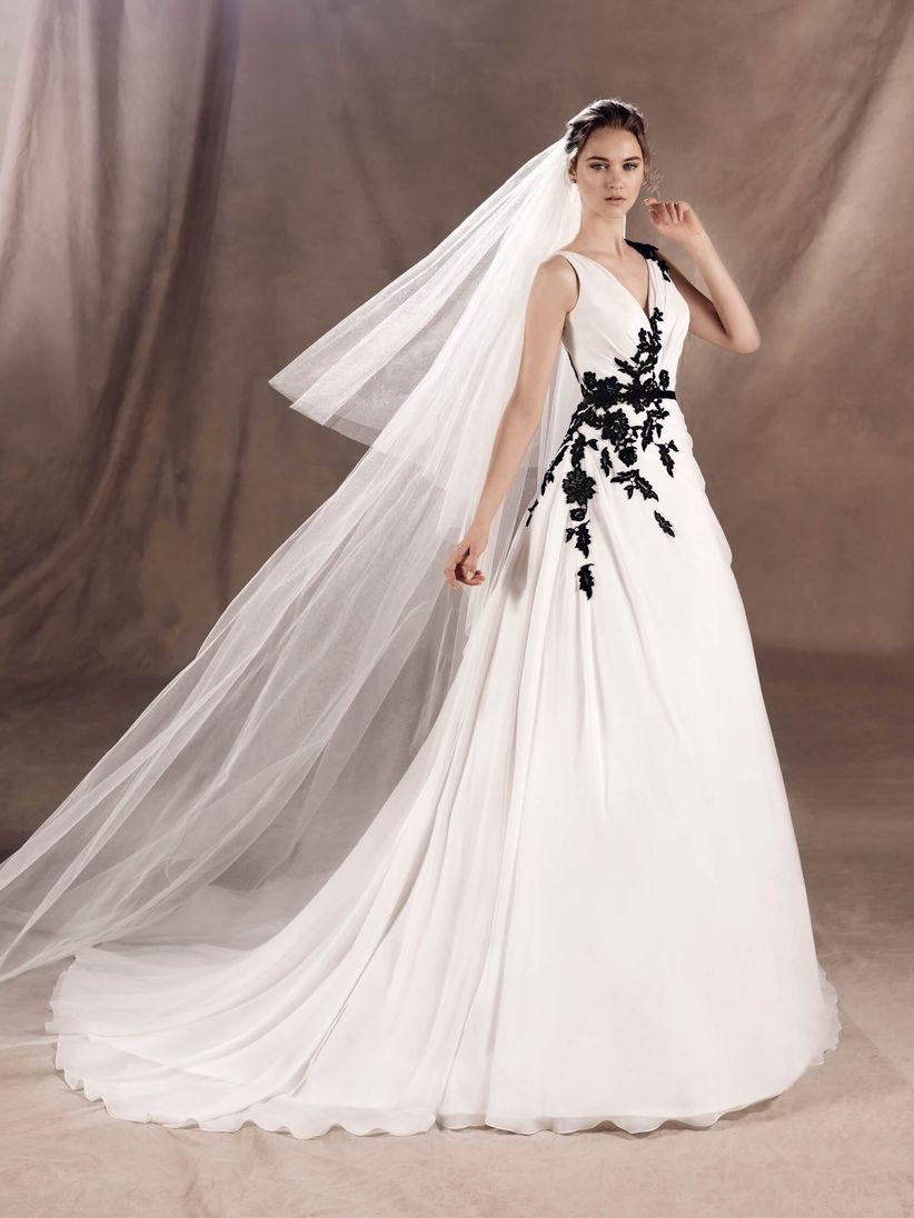 Tendenze 2017  un tocco di nero per l abito della sposa! 47bf7c1d1b2