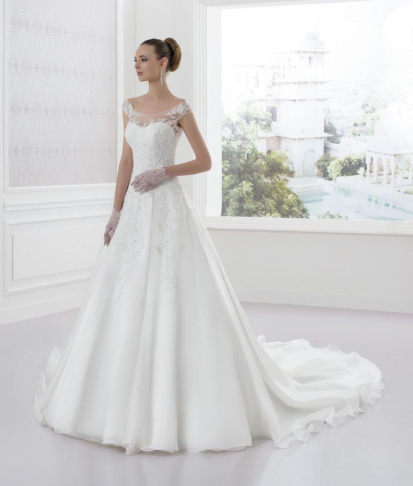 4639950b720f Vestiti da sposa per le più basse  35 proposte per slanciare la ...