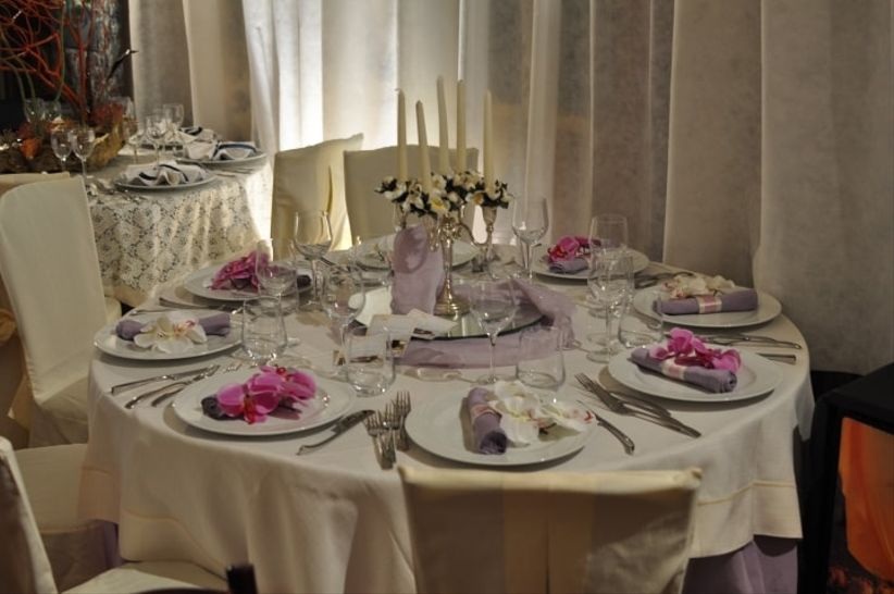 6 consigli per decorare tavoli di nozze rotondi - Tavoli rotondi per catering ...