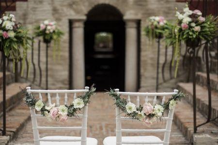 Le sedie più belle per il vostro matrimonio: scoprite come decorarle!