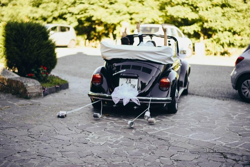 Tradizioni di nozze intramontabili: i barattoli di latta dell'auto degli sposi