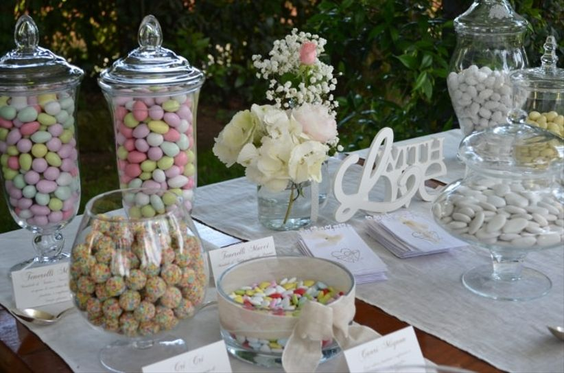 Buffet di confetti per il matrimonio for Addobbi per promessa di matrimonio